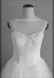 Każda z półperełek na sukni Pani Angeliki została ręcznie naklejona.