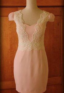 Dodatkowym atutem sukienki tej odpinana baskinka :)